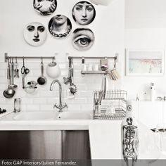 Wandteller In Einer Puristischen Küche. Weitere Tolle Wandgestaltungsideen  Gibt Es Auf Www.roomido.