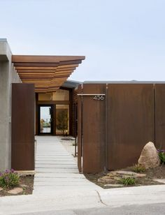 Corten steel in the landscape. Contemporary exterior by Laidlaw Schultz architects House Minimalist, Architecture Design, Sustainable Architecture, Canopy Architecture, Mid Century Exterior, Design Exterior, Exterior Paint, Front Entrances, Fence Design
