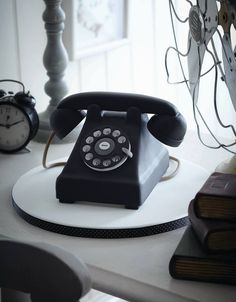 how fabulous is this vintage telephone cake? by zoe clark