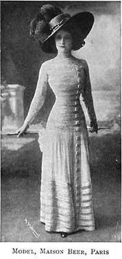 """A comienzos del siglo XX se mantendrá por un tiempo la moda """"romántica"""" del siglo anterior pero con la impronta del llamado Art Nouveau en lo decorativo. Una falda ancha y la cintura ceñida serán sus cualidades principales. Podrán variar un poco las mangas, los escotes, pero en general esa será la característica principal."""