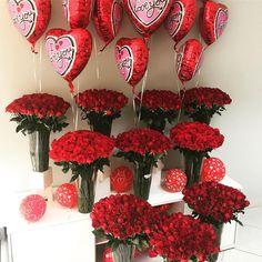 Tem gente sortuda por ai hoje!!!! 😻  1000 rosas vermelhas com balões, o que acharam dessa declaração??? Já disponível no nosso site... . . . #1000rosas #rosas #surprise #surpresa #flores #flowers #love #amor #declaracao