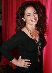 Gloria Estefan (* 1. September 1957 in Havanna, Kuba als Gloria María Milagrosa Fajardo García) ist eine kubanische Sängerin und Schauspielerin mit amerikanischer Staatsbürgerschaft.
