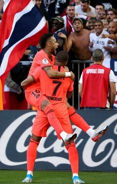 Neymar Jr of PSG celebrates his winning goal with Kylian Mbappe who. Neymar Jr, Football Neymar, Cristiano Ronaldo Lionel Messi, As Monaco, Mbappe Psg, Neymar Brazil, Soccer Girl Problems, Manchester United Soccer, Barcelona Soccer