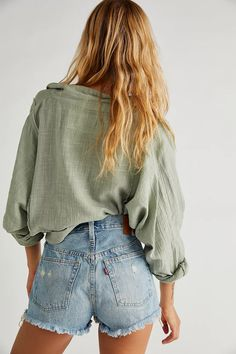 Warm Outfits, Short Outfits, Summer Outfits, Cute Outfits, Levi 501 Shorts, Cool Hairstyles For Girls, Chelsea, Into The Fire, Vogue