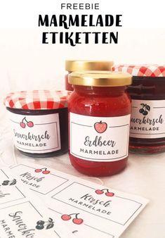 Etiketten Freebie für Erdbeer Marmelade und Kirsch Marmelade zum selbst ausdrucken. Die Etiketten sind kostenlos und ein tolles DIY für den Sommer oder Frühling für Deine Erdbeeren oder Kirschen aus dem Garten oder vom Balkon. Ich hab sie gestaltet, um die Marmelade aus Früchten aus meinem Schrebergarten zu verschönern. Damit sind sie auch ein tolles Geschenk aus der Küche