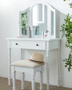 Der ca. 80 x 136 x 40 cm große Tisch in Weiß besticht durch schlichte Eleganz und fügt sich so dezent in jedes Schlaf- oder Ankleidezimmer ein.  Die verstellbaren Spiegel verschaffen Ihnen einen perfekten Überblick beim Styling und dank der Schublade sind alle Schminkutensilien und Accessoires ordentlich verstaut. Die Knopfgriffe sind hübsch anzusehen und kommen einfach nie aus der Mode! Zu dem Schminktisch passend ist ein Hocker mit den Maßen ca. 40 x 45 x 30 cm im Lieferumfang integriert. Vanity, Furniture, Home Decor, Fashion Styles, Simple Elegance, Dressing Room, Sleep, Set Of Drawers, Ad Home