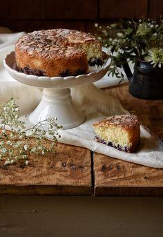Nonostante l'influenza abbia colpito anche casa Cuokka, porto avanti la promessa fatta su Instagram e oggi pubblico la ricetta scelta da voi: La Torta Cocco e Mirtilli. Questa è una torta sem…
