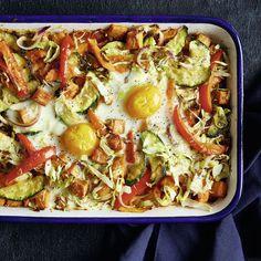 Gutes Essen kann so einfach sein. Den Beweis liefert dieser ruck-zuck Auflauf mit aromatischem Gemüse. Zur Krönung kommen noch Spiegeleier obendrauf.