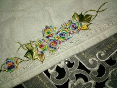 LOY HANDCRAFTS, TOWELS EMBROYDERED WITH SATIN RIBBON ROSES: TOUCA DE BANHO