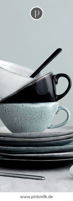 Bringe den skandinavischen Stil in Deine Küche! Bei uns im Shop findest Du rustikale Schneidebretter, nordisches Geschirr und andere schöne Dekoaccessoires, damit Du skandinavisch wohnen kannst. #skandinavsich #wohnen #ideen #deko #inspiration Broste Copenhagen, Table Settings, Pottery, Tableware, Blog, Style, Life, Blue Grey, Tablewares