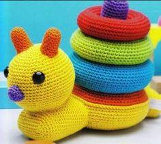 Patrón gratis amigurumi de juguete para bebe caracol Me ha encantado y he buscado por todos los medios un link para acceder a la pagina de la creadora o de la traductora y solo me llevaba a paginas…
