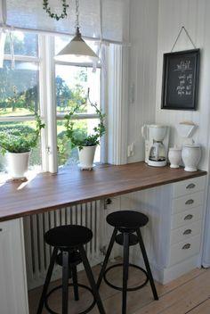 eine symphatische Bar mit zwei Hockern aus Holz