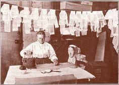 Laver, repasser, cuisiner, travailler - L'Atelier de Jojo Vintage Photographs, Vintage Photos, Art Du Fil, Working Woman, Women In History, France, Ivoire, Paris, Black And White