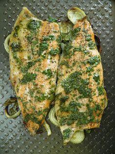 pstrąg w marynacie- Tak bardzo smakowała mi ta ryba, że nie mogłam się jej najeść. To był naprawdę wyjątkowo pyszny i jednocześnie lekki posiłek. Pstrąg był b... Baked Salmon, Food Design, Bon Appetit, Healthy Life, Zucchini, Seafood, Food And Drink, Dinner Recipes, Vegetables