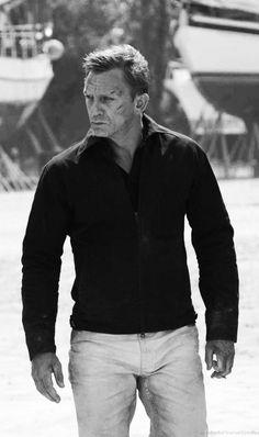 Daniel Craig as James Bond in Quantum of Solace. Daniel Craig James Bond, Daniel Craig Style, James Dean, James Bond Outfits, Rachel Weisz, Estilo James Bond, James Bond Style, Harrington Jacket, Daniel Graig