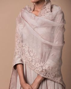 Good Earth: Style an appliqué embroidered odhani in silk organza with a light chanderi kurta, decorated with embroidered floral butis. India Fashion, Ethnic Fashion, Asian Fashion, Women's Fashion, Indian Look, Indian Ethnic Wear, Ethnic Outfits, Indian Outfits, Look Short