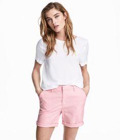 Weiß. Gerade geschnittene Bluse aus weichem Webstoff. Die Bluse hat kurze Ärmel mit fixiertem Umschlag, seitliche Saumschlitze und ein etwas verlängertes