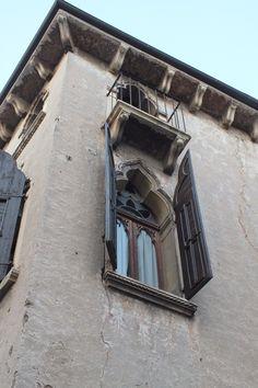 Hermosas ventanas y balcones en Soave