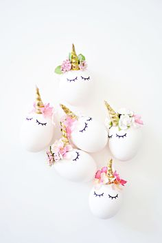 Are you on the unicorn trend yet? Those unicorn cakes, unicorn cupcakes, unicorn hair and unicorn hairbrushes just makes me happy! So now we turned our Easter eggs into a cute sleepy eye unicorn with pretty tiny flowers from Michael's Stores.A little hot glue, some flowers and a few vinyl sleepy…