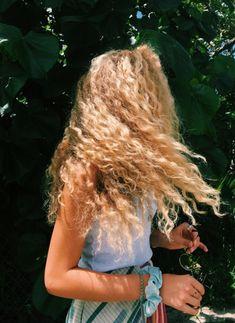 hairstyles mid length hair hair videos hairstyles easy hairstyles for school hairstyles korean hair very fair hairstyles quinceanera hairstyles uk Ombre Curly Hair, Ombre Hair Color, Curly Hair Styles, Blonde Hair, Hair Inspo, Hair Inspiration, Summer Hairstyles, Cool Hairstyles, Natural Hairstyles