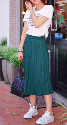 Milan fashion week olivia palermo wears a pleated skirt clothia. Green Skirt Outfits, Modest Outfits, Midi Skirt Outfit Casual, Girl Outfits, Teenage Outfits, Casual Outfits, Hipster Rock, Skirt And Sneakers, Pleated Midi Skirt