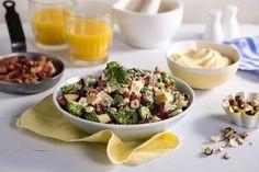 Denne sprø og saftige brokkolisalaten passer til det meste. Den enkle oppskriften finner du her.