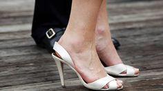 Na een wetswijziging zijn de serveersters in British Columbia niet meer verplicht om hakken te dragen tijdens het werk.
