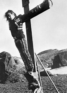 1994. Proyecto de crucifixión.  Manifestación contra policía antiinmigrante. Golden Gate Park, San Francisco. La Pocha Nostra.