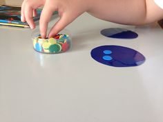 Hoy, para asimilar mejor el concepto de el doble de un número, los alumnos han trabajado con fichas de parchís y los círculos de colores. La instrucción dada era que tenían que poner dos veces el m…