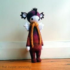 DIRK the dragon made by Alli G. / crochet pattern by lalylala Bibs, Making Ideas, Smocking, Needlework, Numbers, Crochet Patterns, Dragon, Teddy Bear, Letters