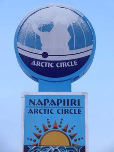 Le panneau du cercle polaire à Pello en Laponie en hiver