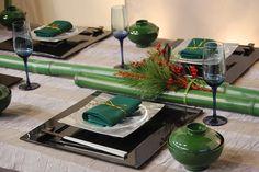 質感のあるブラウン系のテーブルクロスに、青竹がテーブルランナーとして大胆に配された和のグリーンコーディネート。南天の赤と松の葉のボリュームが華やかさをプラスしているのでお祝いの席にぴったりです。