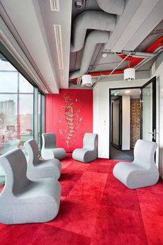 W efekcie powstała spójna i nowoczesna przestrzeń, którą dodatkowo podkreślają kolorowe meble młodych polskich projektantów i firm meblarskich takich jak  SITAG. Na zdjęciu pufy SITI w przestrzeni kreatywnej