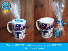 Taza de cerámica decorada con R2D2, rellena con mini R2D2s #ChocoGeek