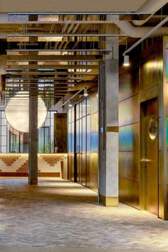 The theme is subtly introduced in the hotel's reception where mirrors have been used to line sections of the ceiling, mimicking the shiny quality of desert mirages, which are often mistaken for bodies of water. A white, mottled semi-circular panel has been fitted to the ceiling directly above the concierge counter, its reflection forming a huge moon-like image. Recycled Concrete, Hotel Floor Plan, Mirror Ceiling, Sunny California, Hotel Branding, Studio Room, Hotel Stay, Hotel Interiors, London Hotels