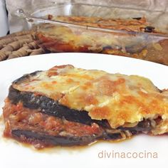 Esta receta de berenjenas a la parmesana es un clásico de la cocina italiana. Hay muchas variantes de la receta. En algunas se fríe la berenjena en lugar de asarla, pero yo prefiero esta versión porque es más ligera. Puedes eliminar el huevo y gratinar solo con queso, pero a mi me gusta que la capa superior quede crujiente.