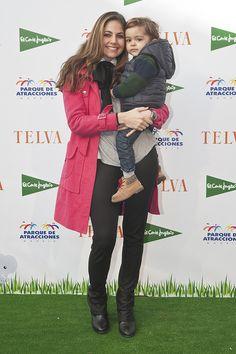 Rossana Jaramillo, esposa de Alejandro Bataller, y su hijo Alejandro - El photocall de la quinta edición de los Premios TELVA Niños - TELVA.com