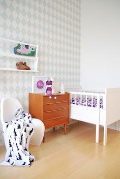 FargeBarn: Love the harlequin wall in the nursery!