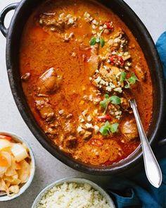 Okej stopp! Här kommer recept på världens godaste kycklinggryta med chili, kanel och ingefära. Mina vego/veganvänner byter bara kycklingen mot kikärtor. Garanterat succé, vem vill testa? 😍 Serveras med blomkålsris och kimchi (eftersom jag är besatt) recept i min story eller på startsidan på lesscarbs.se 💯 . . . Chicken stew with chili, cinnamon and ginger. With cauliflower rice and kimchi ❤️ . . . #lesscarbs #kyckling #gryta #kycklinggryta #matlåda #middag #middagstips #paleo #lchf… Clean Recipes, Veggie Recipes, Vegetarian Recipes, Healthy Recipes, Good Food, Yummy Food, Scandinavian Food, Zeina, Mindful Eating