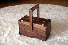 사개맞춤으로 만든 런치박스. 손잡이가 180°로 움직여 뚜껑이 완전 개폐된다. material : black walnut       size: 285x150x160(h)    color : natural oil finish…
