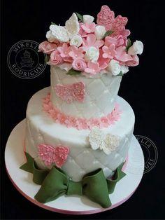 Bolo com flores e borboletas tudo em pasta de açúcar.