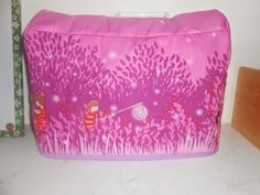 Free tutorial sewing machine cover. http://mamadammeke.blogspot.nl/2014/09/naaimachinehoes-ii-aanpassing-tutorial.html