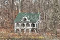 Saw this house explored on TikiTrex! The Cedars. An old abandoned house along the Thames river in Springbank Park Abandoned Buildings, Abandoned Property, Old Abandoned Houses, Abandoned Mansions, Old Buildings, Abandoned Places, Abandoned Castles, Architecture Old, Beautiful Architecture