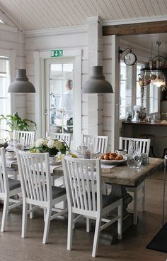 I love that table! Wood Interiors, Cottage Interiors, Dining Room Inspiration, Home Decor Inspiration, Kitchen Decor, Kitchen Design, Cottage Dining Rooms, Piece A Vivre, Boho Living Room