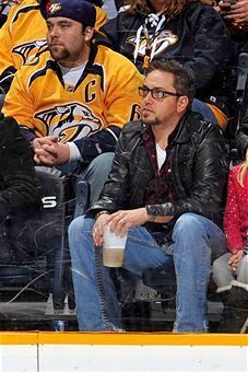 Jason Aldean---wow he looks different but sexy in glasses!