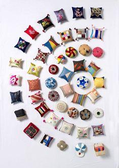 대구규방공예연구모임  '여연회'의 열한번째 정기전이 21일부터 26일까지 대백프라자갤러리에서 열린다.규방공예품으로는 주머니류, 혼서지보, 예단보, 사주보 등 혼례용품을 비롯해 복주머니, 약낭, 수저집, 조각보 보자기류, 노리개, 버선, 실패와 골무, 바늘방석.. Fabric Art, Fabric Crafts, Paper Crafts, Korean Crafts, Diy And Crafts, Arts And Crafts, Chinese Patterns, Creative Textiles, Korean Art