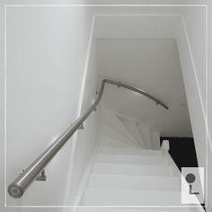 rvs trapleuningen geplaatst bij deze kwart draai trap voorzien van led verlichtingssysteem trapleuning