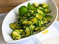 La pasta al pesto di salvia è un primo piatto fresco ed aromatico, perfetto durante la stagione estiva!
