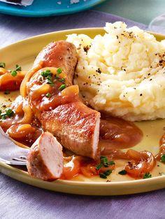 Bratwurst geht immer! Mit Kartoffelpüree und einer würzigen Zwiebelsoße wird aus dem Imbiss-Klassiker schnell ein vollwertiges Gericht. #bratwurst