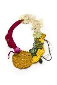 COLLAGE DORADO  Collar /Hilo de algodón, hilo macramé, perlas de fantasía, hilo de seda, tela plástica /Crochet, bordado, costura a mano, experimental  SILVINA ROMERO 2010